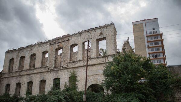 Разрушенные в ходе войны дома в оккупированном Арменией азербайджанском городе Шуша - Sputnik Азербайджан