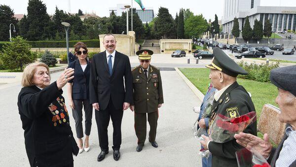 Президент Ильхам Алиев принял участие в проведенной в Баку церемонии по случаю 9 Мая – Дня Победы - Sputnik Азербайджан