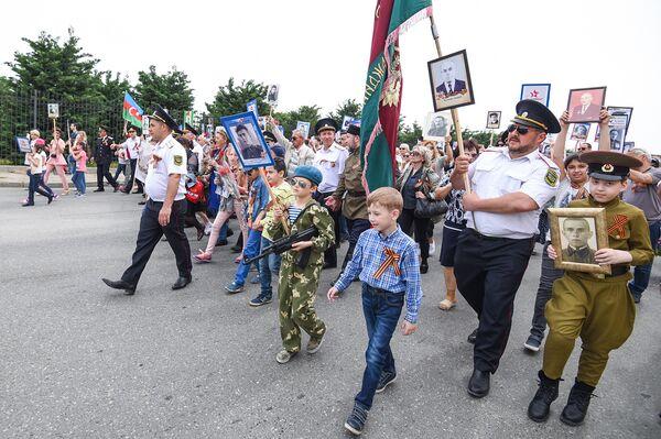 Акция Бессмертный полк по случаю 73 годовщины Дня Победы в Баку - Sputnik Азербайджан