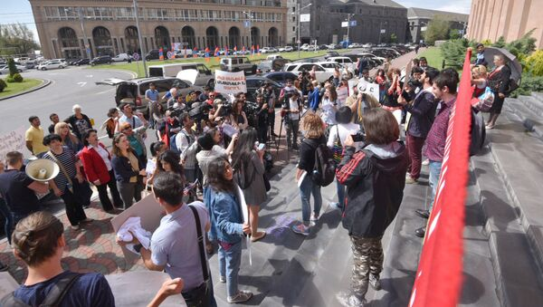 Активисты требуют отставки мэра столицы, Тарона Маргаряна (10 мая 2018). Ереван - Sputnik Азербайджан