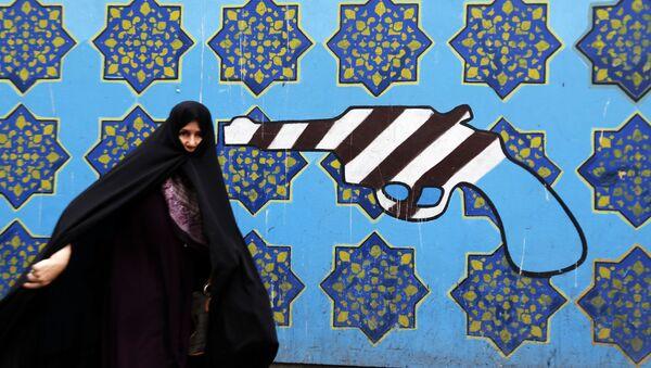 Иранка на фоне граффити у бывшего здания посольства США в Тегеране - Sputnik Азербайджан