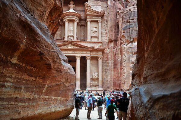 Туристы осматривают скальный храм-мавзолей Эль-Хазне в древнем городе Петра в Иордании - Sputnik Азербайджан