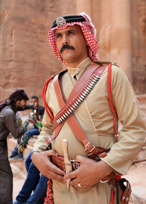 Бедуин в древнем городе Петра в Иордании - Sputnik Азербайджан