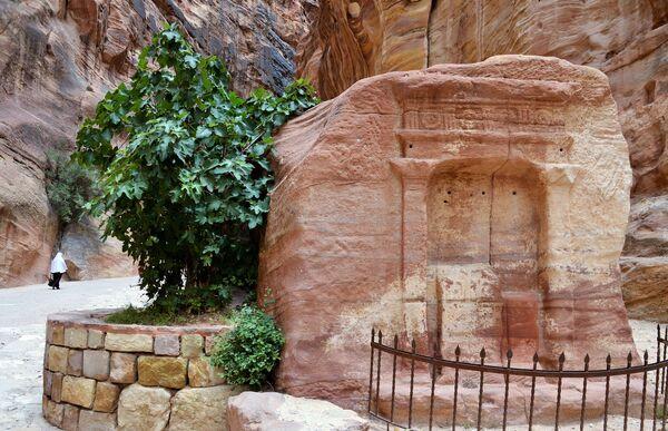 Обелиск в ущелье Сик в древнем городе Петра в Иордании - Sputnik Азербайджан