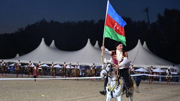 Группа всадников Государственной пограничной службы выступила в организованном накануне дня рождения Королевы Великобритании Елизаветы II - Sputnik Азербайджан