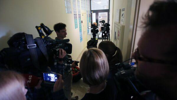 Журналисты у офиса РИА Новости Украина в Киеве, где СБУ проводит обыски - Sputnik Азербайджан