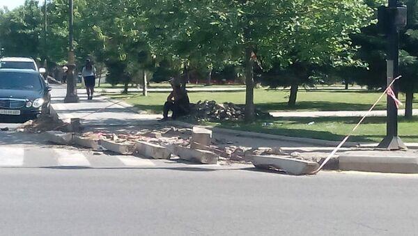 Обновление тротуарного покрытия на территории парка возле памятника Кероглу - Sputnik Азербайджан