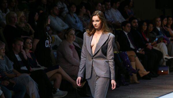 Показ модных коллекций седьмого сезона Azerbaijan Fashion Week - Sputnik Азербайджан