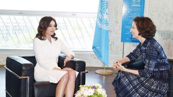 Первый вице-президент Азербайджана Мехрибан Алиева и генеральный директор ЮНЕСКО Одри Азуле во время встречи, Париж, 18 мая 2018 года - Sputnik Азербайджан