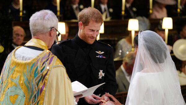 Британский принц Гарри и Меган Маркл перед началом их свадебной церемонии в часовне Св. Георгия в Виндзорском замке недалеко от Лондона, Англия. 19 мая 2018 - Sputnik Azərbaycan