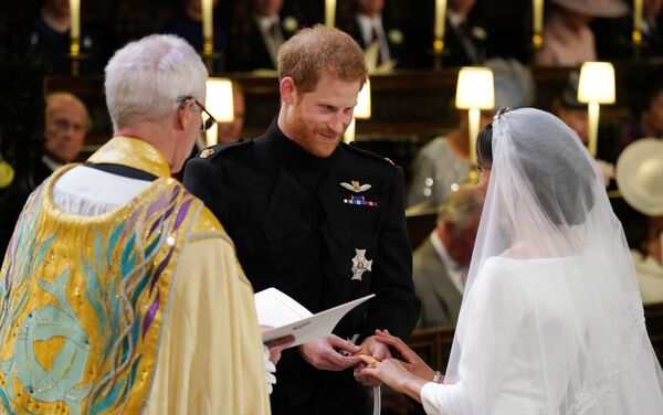 Британский принц Гарри и Меган Маркл перед началом их свадебной церемонии в часовне Св. Георгия в Виндзорском замке недалеко от Лондона, Англия. 19 мая 2018 - Sputnik Азербайджан