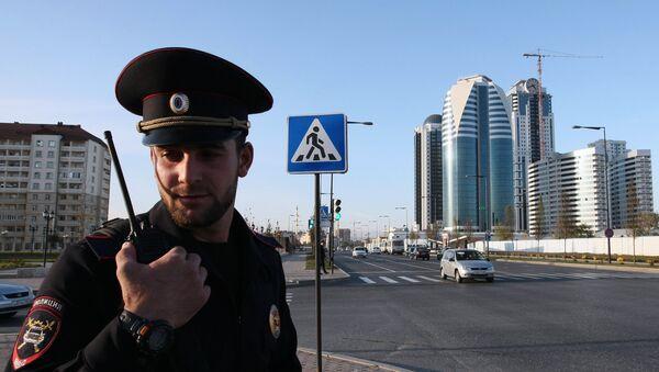 Сотрудник полиции на одной из центральных улиц Грозного - Sputnik Азербайджан