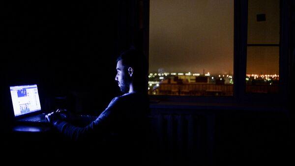 Пользователь с ноутбуком, фото из архива - Sputnik Азербайджан