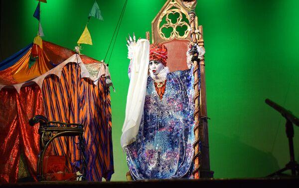 Спектакль Простодушная Эрендира на сцене Азербайджанского государственного русского драматического театра в Баку - Sputnik Азербайджан