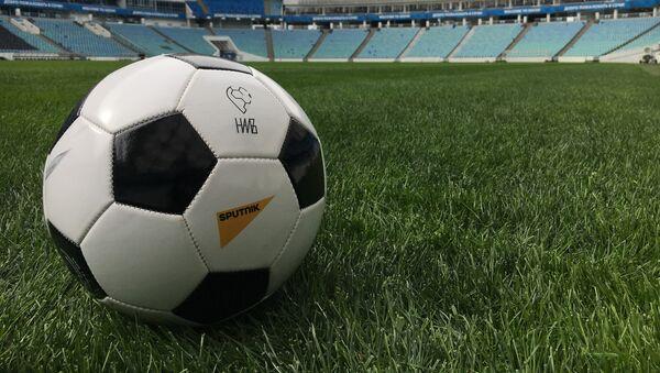 Мяч на футбольном стадионе - Sputnik Азербайджан