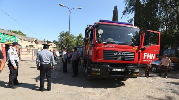 Автомобиль МЧС на месте взрыва в Бинагадинском районе Баку - Sputnik Азербайджан