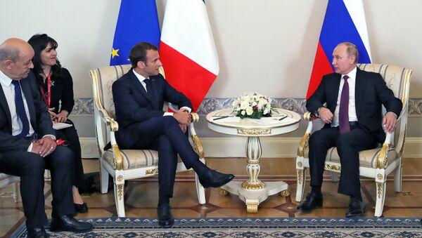 Президент РФ Владимир Путин и президент Франции Эмманюэль Макрон во время встречи в Константиновском дворце в Стрельне - Sputnik Азербайджан