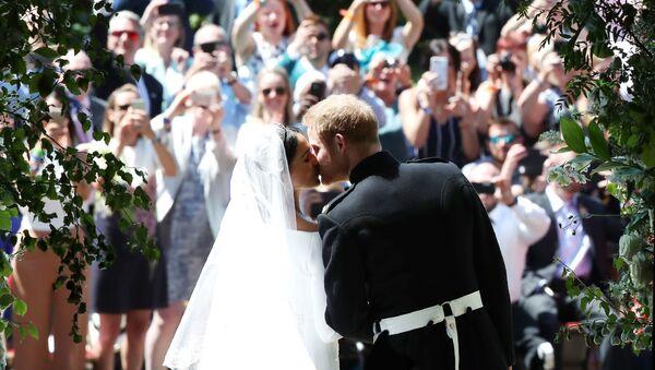 Поцелуй принца Гарри и Меган Маркл у часовни Св. Георгия в Виндзорском замке после свадебной церемонии - Sputnik Азербайджан