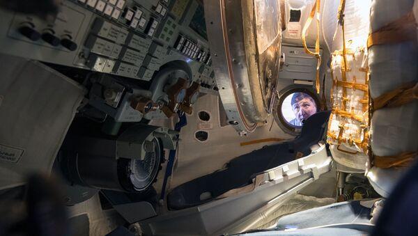 Спускаемый аппарат космического корабля Союз ТМА-16М в павильоне Космос на V Международной выставке вооружения и военно-технического имущества KADEX-2018 - Sputnik Азербайджан