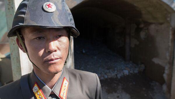 Военнослужащий у входа в шахту для ядерных испытаний №2 на ядерном полигоне Пхунгери на севере КНДР - Sputnik Азербайджан