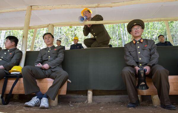Офицеры во время подрыва шахт, использовавшихся для испытаний, на ядерном полигоне Пхунгери на севере КНДР - Sputnik Азербайджан