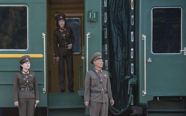 Военнослужащие у вагона поезда, на котором журналисты выехали на закрытие полигона Пхунгери - Sputnik Азербайджан
