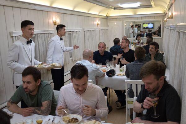 Журналисты в вагоне-ресторане поезда, на котором они выехали на закрытие полигона Пхунгери - Sputnik Азербайджан