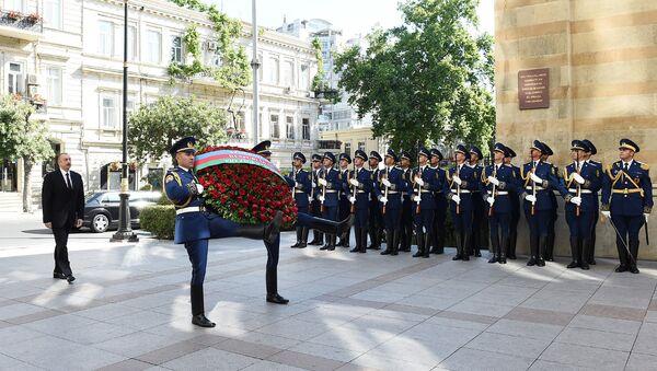 Президент Азербайджана Ильхам Алиев посетил памятник, воздвигнутый в честь Азербайджанской Демократической Республики - Sputnik Азербайджан