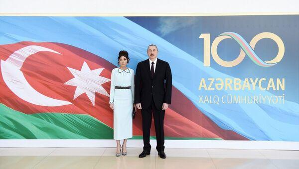 Президент Ильхам Алиев и первая леди Мехрибан Алиева на официальном приеме по случаю 100-летнего юбилея Азербайджанской Демократической Республики - Sputnik Азербайджан