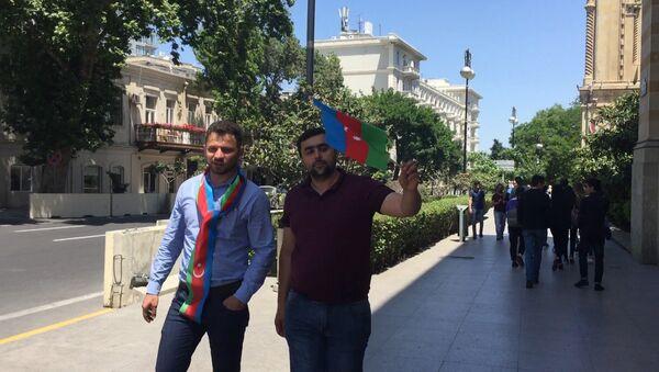 Жители Баку вышли на улицы с азербайджанскими флагами - Sputnik Азербайджан