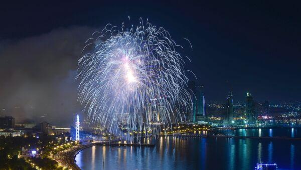 Праздничный салют в честь 100-летия образования АДР на Приморском бульваре в Баку - Sputnik Азербайджан