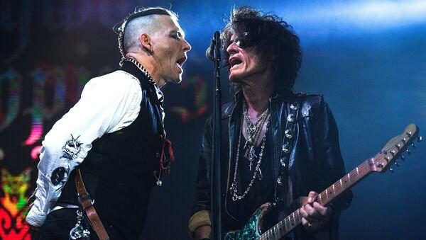 Актёр Джонни Депп (слева) и гитарист американской группы Aerosmith Джо Перри во время выступления на сцене спортивного комплекса Олимпийский - Sputnik Азербайджан