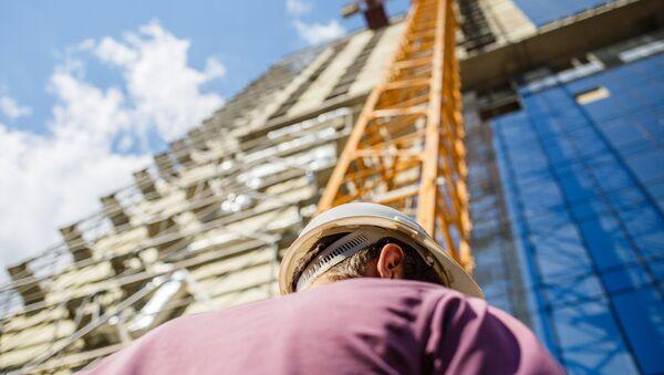 Рабочая каска на земле. Архивное фото - Sputnik Азербайджан