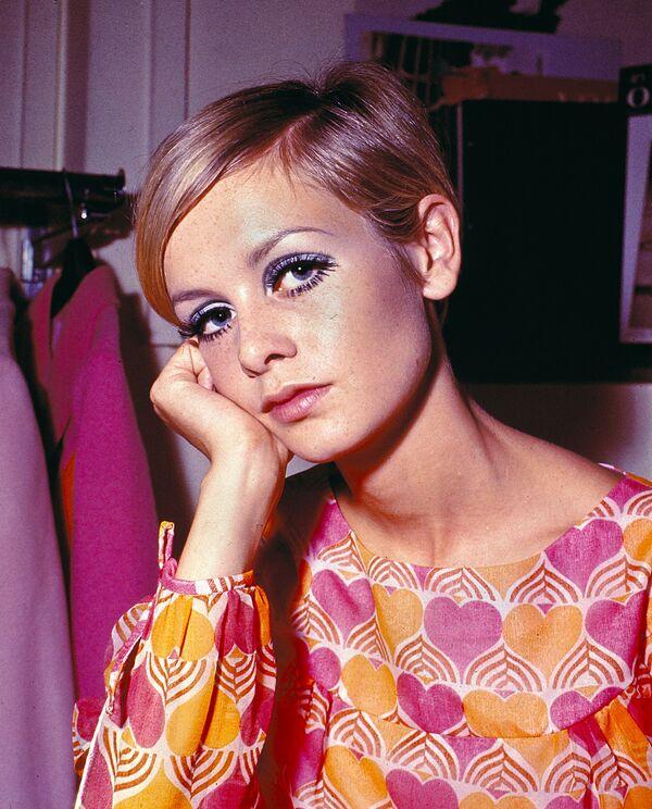 Британская модель и актриса Твигги с короткой стрижкой в Лондоне, 1967 - Sputnik Азербайджан