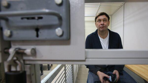 Руководитель портала РИА Новости Украина Кирилл Вышинский во время рассмотрения апелляции на арест в Херсонском зале суда - Sputnik Азербайджан
