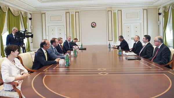 Президент Азербайджана Ильхам Алиев на встрече с делегацией во главе с вице-президентом Европейской комиссии по вопросам бюджета Гюнтером Оттингером - Sputnik Азербайджан