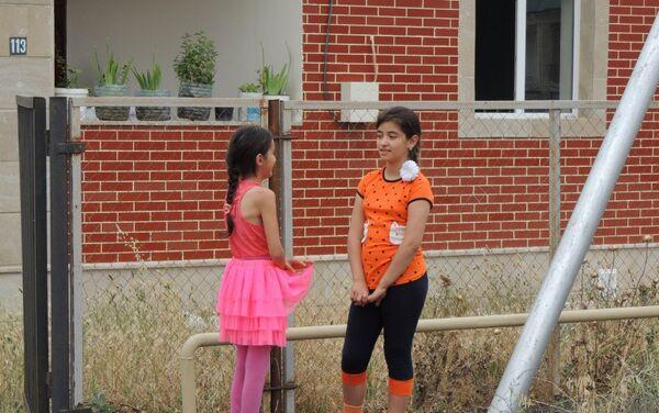 Девочки у нового дома в селе Джоджуг Мерджанлы - Sputnik Азербайджан