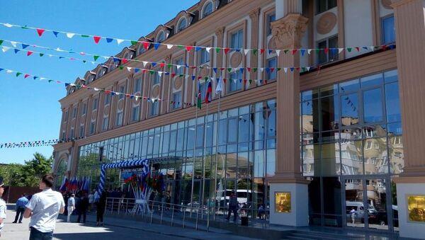 Здание делового центра Азербайджана в Астрахани в день открытия - Sputnik Азербайджан
