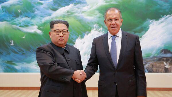 Министр иностранных дел России Сергей Лавров с лидером Северной Кореи Ким Чен Ыном - Sputnik Азербайджан