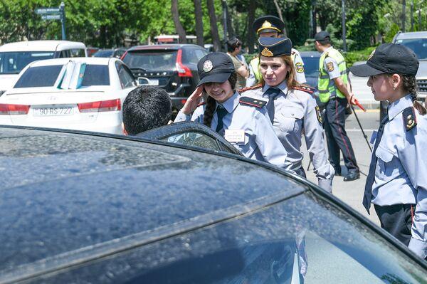 Акция государственной дорожной полиции Баку Обеспечим безопасность детей на дорогах в Международный день защиты детей - Sputnik Азербайджан