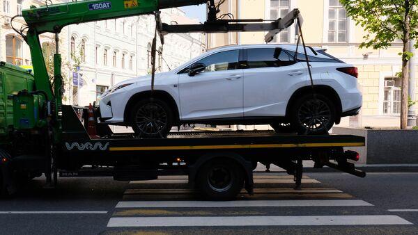 Эвакуация автомобиля на штрафстоянку за неправильную парковку, фото из архива - Sputnik Азербайджан