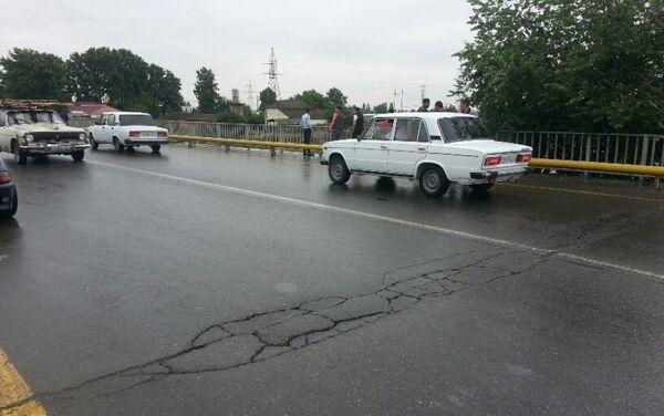 Разломы на асфальтовом покрытии проезжей части моста через реку Гейчай - Sputnik Азербайджан