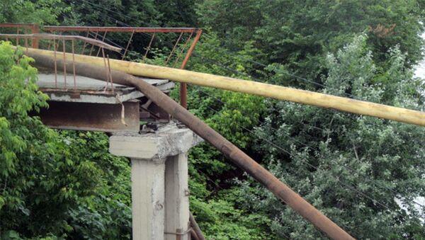 Разрушенная часть пешеходного моста через реку Гейчай - Sputnik Азербайджан