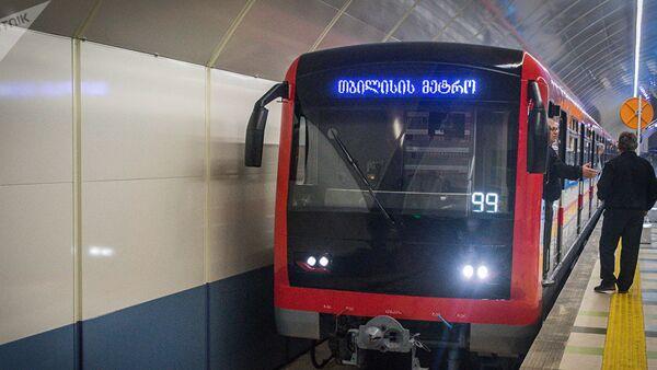 Вагон поезда метро Тбилиси на станции Государственный университет - Sputnik Азербайджан
