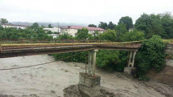 Мост, поврежденный в результате паводка в реке Гёйчай - Sputnik Azərbaycan
