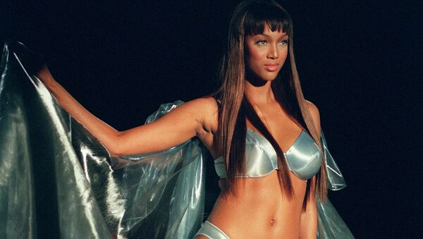 Модель Тайра Бэнкс на показе Victoria's Secret, 1999 год - Sputnik Азербайджан