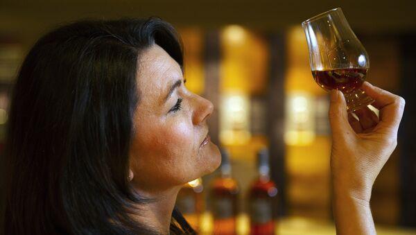 Женщина с бокалом виски, фото из архива - Sputnik Азербайджан