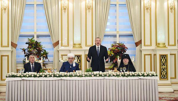 Президент Азербайджана Ильхам Алиев принимает участие в церемонии ифтара по случаю священного месяца Рамазан - Sputnik Азербайджан