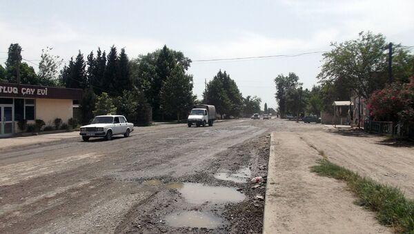 Участок дороги Евлах-Бахрамтепе, пролегающий через поселок Гарадемирчи - Sputnik Азербайджан