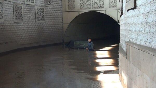 Tovuz şəhərinin mərkəzindəki yeraltı avtomobil keçidinə sel suları dolub - Sputnik Azərbaycan